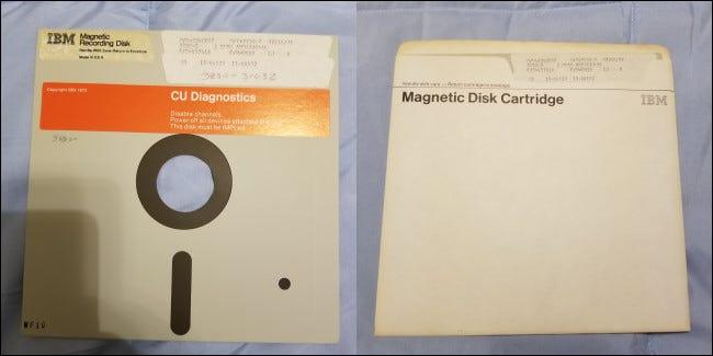 """Un """"cartucho de disco magnético"""" de IBM: el primer disquete comercial."""