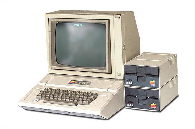 Un Apple II con dos unidades de disquete Disk II al lado.