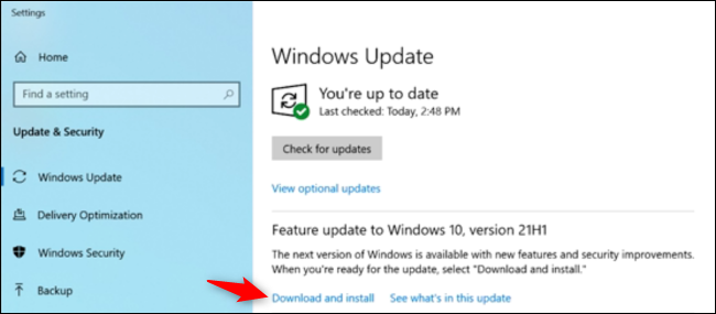 """Haga clic en """"Descargar e instalar"""" en la sección Actualización de funciones."""