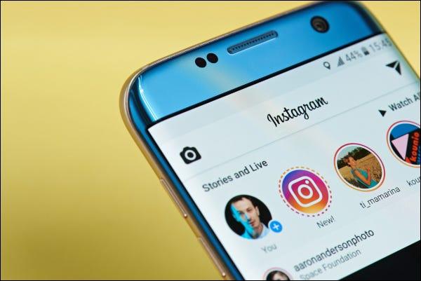 La aplicación de Instagram se abre en un teléfono inteligente que muestra historias y transmisiones en vivo.