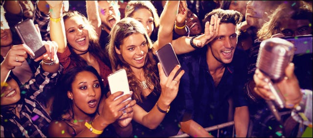 Jóvenes fans en un concierto