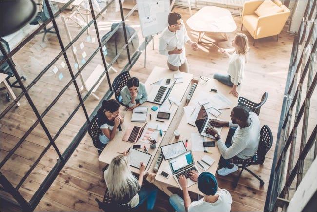 Personas que trabajan en una mesa en una oficina.