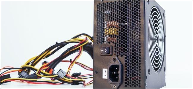 Una fuente de alimentación de lado con un lío de cables detrás.