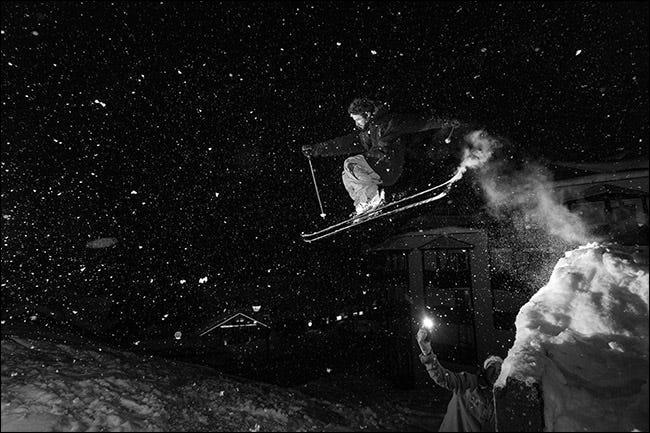 foto flash de un esquiador