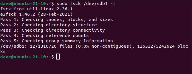 Forzar una verificación del sistema de archivos usando la opción forzar en un comando fsck