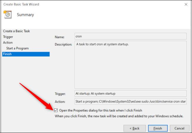 Ventana de creación de tareas final del Programador de tareas de Windows 10 con una flecha roja que apunta a la opción para abrir la ventana de propiedades de la tarea al finalizar.