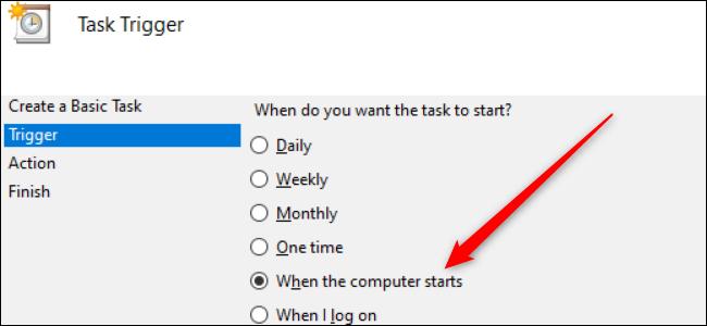 """Un conjunto de botones de opción en Windows 10 con una flecha roja que apunta a la opción """"Cuando se inicia la computadora""""."""