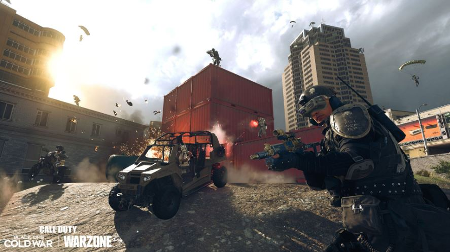 Jugadores de Warzone conduciendo un vehículo
