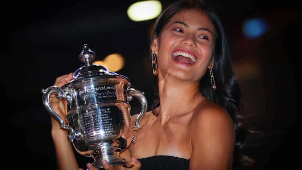 Emma Raducanu con el trofeo del US Open